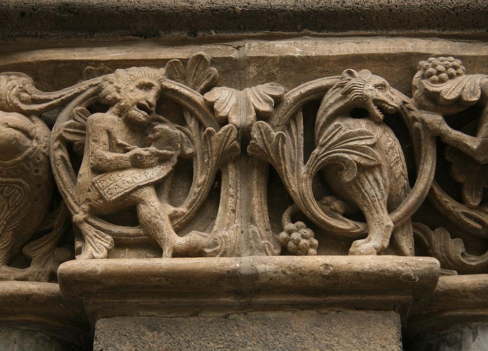 石柱の彫刻の画像