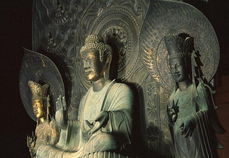 鞍作止利の代表作「法隆寺金堂釈迦三尊像」